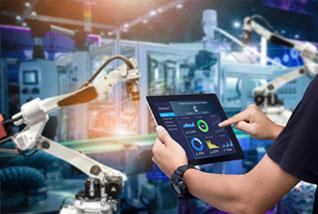 Hände halten Tablet mit Dashboard vor Roboterarm